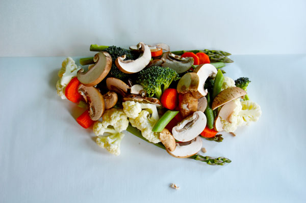 Veggie Packets - cooking vegetables in parchment is a healthy and delicious addition to your dinner. Only 12 minutes of cooking time and no clean up. Modify the recipe to use your favorite vegetables! | www.thehungrytravelerblog.com
