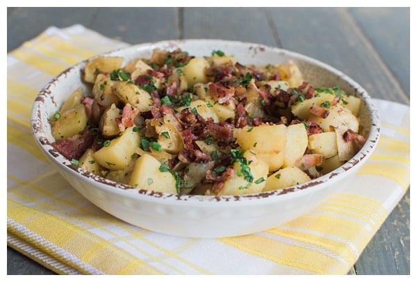 德国土豆沙拉是一种酸甜土豆沙拉,配有培根、洋葱和新鲜香草。最好趁热或在室温下食用。