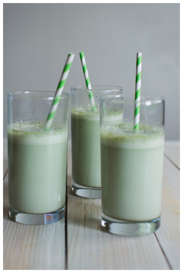 Matcha Smoothie -- Make your mornings easy & healthy with this delicious matcha smoothie. Made with almond milk, dates, matcha, and a hint of sea salt!